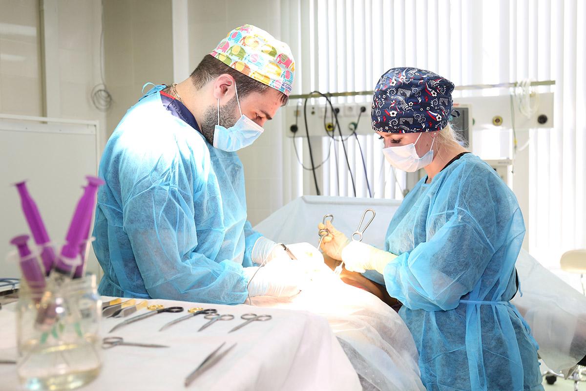 Мовсисян Нарек Карапетович, пластический хирург в операционной